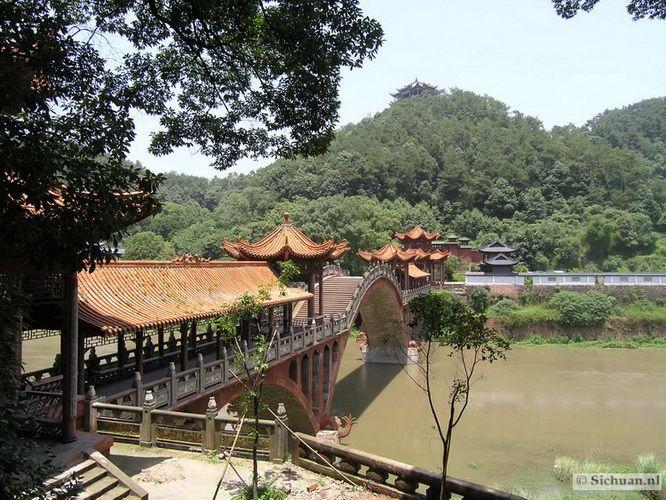 http://si-chuan.nl/wp-content/uploads/Sfeer-uit-Sichuan/17-brug-.jpg